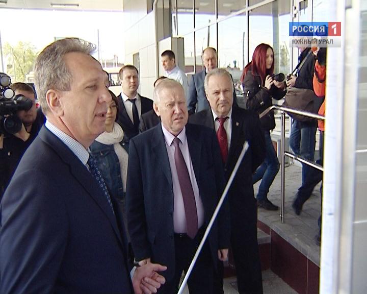 Козлов показывает Тефтелеву новый автовокзал Карелина